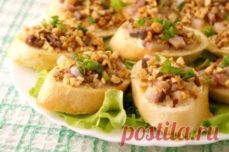 Закусочные бутерброды с сельдью и орехами — Sloosh – кулинарные рецепты