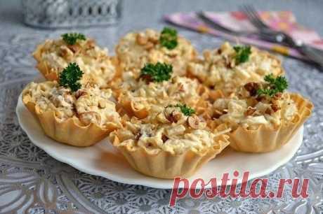 Берем тарталетки, наполняем курино-ананасовой начинкой — сытная закуска готова   Ингредиенты:  Филе куриное (отварное) — 200 г Ананас консервированный — 200 г Сыр твердый — 70 г Чеснок — 1-2 зубчика Орехи грецкие (ядра) — 30 г Соль — по вкусу Перец свежемолотый черный — по вкусу Яйца вареные — 2 шт. Майонез — по вкусу Тарталетки — по вкусу  Приготовление:  1. Отварную курицу порезать небольшими кусочками. Добавить к курице порезанные кубиками консервированные ананасы. 2. С...