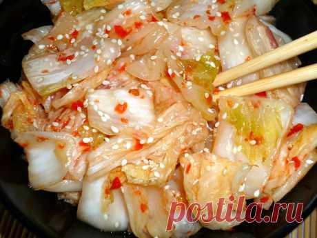 КИМЧИ - ДЛЯ ЛЮБИТЕЛЕЙ ОСТРЕНЬКО  Кимчи из пекинской капусты – фаворит корейской кухни.  Если вы ещё не готовили такое блюдо, то стоит устранить этот пробел и обогатить свой рацион витаминным овощным продуктом.  Ферментированные, или квашенные, овощи очень полезны.  Остроту можно регулировать по собственному вкусу.  Капуста китайская – 1 средний вилок Рассол – на 1 л воды 80 г соли- 2 ст. л с горкой  (нужно полтора литра рассола).  Я беру обычную фильтрованную питьевую воду...