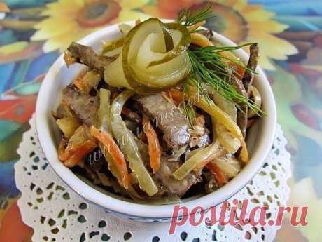 Салат из говяжьей печени Ингредиенты: Говяжья печень - 500 грамм; Крупная морковь - 3 штуки; Крупный репчатый лук - 2 штуки; Маринованные огурцы - 3 штуки; Майонез - 3-4 ст.л; Веточка укропа; Рафинированное подсолнечное масло для жарки; Соль, черный молотый перец по вкусу. Описание процесса приготовления: Сытный и вкусный салат из говяжьей печени, маринованных огурцов, моркови и лука разнообразит любой праздничный стол. По желанию перед самой подачей на стол в салат можн...