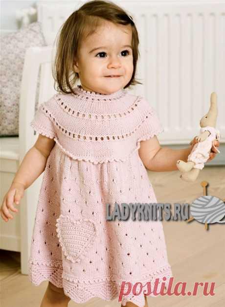 Вязаное спицами платье с круглой кокеткой для девочки от 0 до 1.5 года