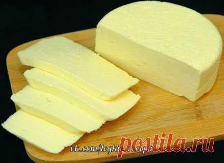 СЫР в домашних условиях приготовить по этому рецепту очень просто. Нужны всего 3 продукта и буквально 10 минут. Получается очень мягкий и нежный домашний сыр с кремовой тающей текстурой. Сравнивать его с магазинным не вижу смысла, у него свой вкус и упрощенная технология приготовленияИнгредиенты  Молоко (магазинное жирностью 3,3 %) – 1 л Сметана (магазинная жирностью 20 %) – 200 гр Яйца – 3 шт. Соль – 1 ч.л.  Выход сыра: 365-390 гр  1. Нагреть молоко до кипения, добави...