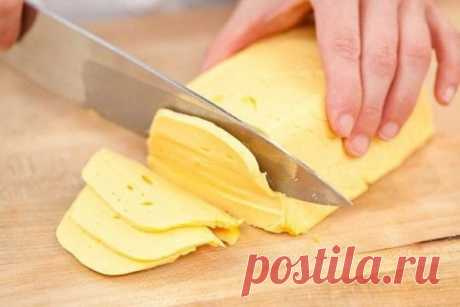 Этот домашний твердый сыр намного лучше магазинного По своему вкусу он ничуть не хуже магазинного, а по полезным качествам намного лучше.