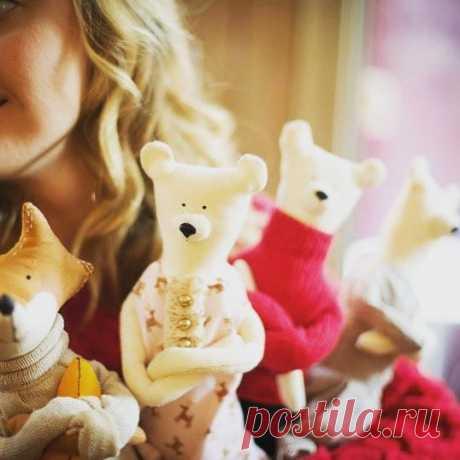 А у нас в коллекции пополнение. 🐰🐻🐺🐼Ищите о них истории в нашей одноименной группе в ВК)) кстати, пишите в комментариях кто вам больше нравится: лисы или медведи? 📝 Заказать этих малышей карандашей  можно у меня @vermeers_girl 🎁пишите в Директ))💌 #myforestfriendss #mytealand #vermeers-girl #handmade #doll #toy #tilda #tilde #tildadoll #whitebear  #белыймебведь #БМ #bm #куклыручнойработы #игрушкиручнойработы #лиса #лесныежители #лесныедрузья #подарокмосква  #подарок2...