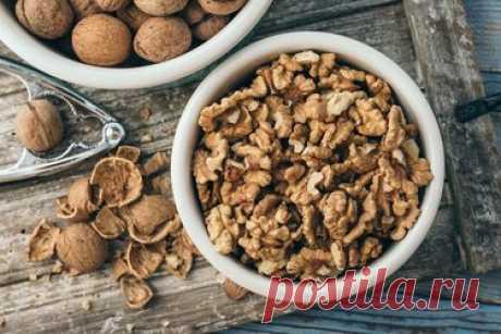 Лучшее для здоровья кишечника: как грецкие орехи предотвращают воспаление Орехи - вкусные суперпродукты и популярные закуски. Они также богаты белком и пищевыми волокнами. Согласно новому исследованию, употребление орехов, особенно грецких, способствует здоровью кишечника. Исследование было опубликовано в журнале Nutrients и проводилось учеными из Техасского университета A&M и Университета здравоохранения Коннектикута. Грецкие орехи уменьшают симптомы воспалительных заболеваний кишечника.