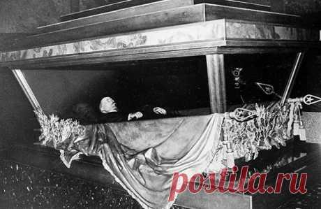Что Гитлер хотел сделать с телом Ленина после захвата Москвы С 1991 года в российском обществе не утихают споры о судьбе мавзолея Владимира Ленина. Каждые пять-семь лет инициативные группы предлагают либо захоронить тело Вождя мирового пролетариата, либо убрать сам мавзолей с Красной площади...
