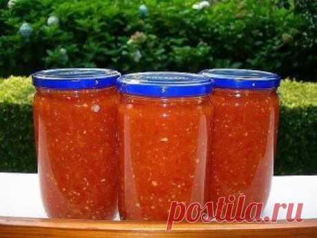 🍅 Аджика: 17 рецептов на любой вкус 🍅 Рецепт №1 5 кг помидоров, 1 кг сладкого перца, 16 штук горького перца, 300 г чеснока, 0,5 кг хрена, 1 стак. соли, 2 стак. уксуса, 2 стак. сахара. Все перемолоть на мясорубке, включая семечки из перца (в нем обрезаются только хвостики и внутри он не вычищается), добавить сахар, соль, уксус, дать постоять минут 50, разлить по бутылкам. Кипятить не нужно. Хранится хорошо в бутылках без холодильника. Рецепт №2 200 г чеснока, 4 палочки хр...