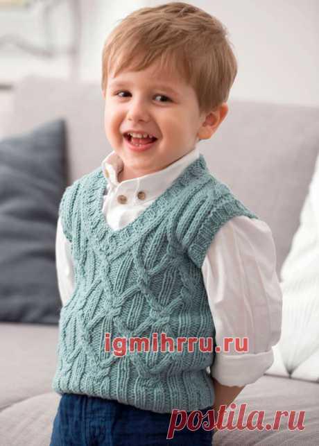 Серо-зеленый жилет для маленького мальчика. Вязание спицами для детей