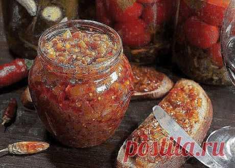 Как правильно приготовить баклажанную икру.поверьте,это очень вкусно.Вам понравится.    Для приготовления понадобится:   4 средней величины баклажана  2 средние луковицы  5-6 помидор (и   2 ст лож томатной пасты  1 средний болгарский сладкий перец  5-6 зубцов чеснока  120-150 гр подсолнечного масла  Соль, сахар по вкусу, острый перец – по желанию  Приступаем к приготовлению:  Снимем с них «головы» и шкурку, нарежем сначала пластинами, сложим их, порежем на полоски вдоль, затем кубиками поперек.