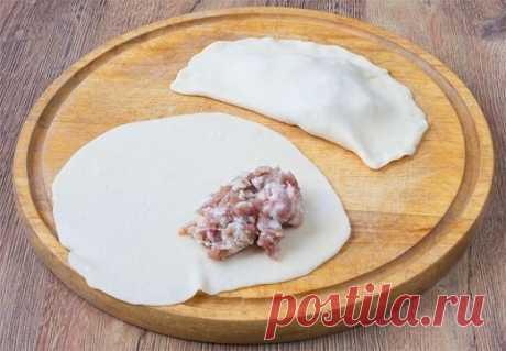 Сочные чебуреки  Поделись рецептом с другом   Ингредиенты:  Мука — 4 стак. Вода — 1,5 стак. Водка — 1 ст. л. Яйца куриные — 1 шт. Масло растительное — 2 ст. л. Соль — 0,5 ч. л. Сахар — 0,5 ч. л. Фарш свиной — 500 г Лук — 2 шт.  Приготовление:  1. В миску перекладываем фарш, который сделали из нескольких видов мяса. Смешиваем фарш с зеленью и луком. 2. В миску высыпаем муку, в нее выливаем стакан горячей воды и высыпаем щепотку соли. Перемешиваем тесто руками или лопаткой и...