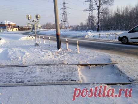 Зима пришла и в наш Зеленодольск. Однопутка в городе - это редкость. Здесь проходят поезда как ближнего так и дальнего следования. Направление Йошкар-Ола. остановочная платформа Гари