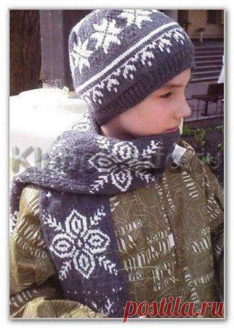Двойная шапочка и шарф, с норвежским узором, вяжем детям Размер: окружность головы 56 см. Длина шарфа - 1 м 40 Вам потребуется: Для шапочки - 100 г пряжи серого цвета и 40 г пряжи белого цвета (100 % мериносовая шерсть, 125 м/ 50 г).
