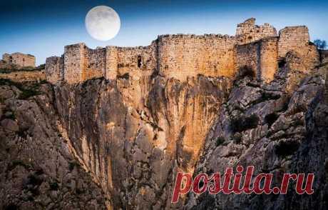 ԱՆԱՐԶԱԲԱ Անարզաբա , (Անազարբա, Անավարզա, լատ.՝ Anazarbus, (ռուս.՝ Анарзаба, անգլ.՝ Anarzaba)), ամրոց և քաղաք Կիլիկիայի Հայկական Թագավորությունում, ներկայումս Թուրքիայի տարածքում Անավարզա գյուղն է։ Հիմնադրման ժամանակը հայտնի չէ: Անվան հետ կապված ստույգ տվյալներ չկան, ենթադրաբար ունի սեմական ծագում և արաբերեն նշանակում է դեղին աղբյուր (այն զարբա): Քաղաքի այլ անվանումներն են Այնարբե, Անաբարզա, Անազարբ, Անազարբա, Անավարզա, Անզարաբա, Դիոկեսարիա, Էնզարբահ, Կեսարիա