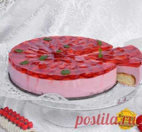 """Торт с клубничным муссом и желе   Потребуется: 350 г сахара 350 мл воды 10 г ванильного сахар 0.5 ч. л. разрыхлителя 100 мл сметаны 550 г клубники 2 шт. яйца 70 г муки 400 г мягкого творога 30 г желатина 10 г """"Желе для торта"""" Форма d 22 см (для выпекания коржа) Разъемная форма d 24 см (для сборки торта)"""