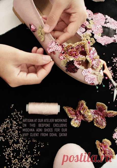 Показываю как легко украсить туфельки для маленькой принцессы с помощью вышивки Статья посвящается всем мамам-рукодельницам. Как за один вечер сделать сказочные туфельки для девочки? Разбираемся на примере бренда детской одежды Mischka Aoki. Вам понадобятся: -балетки однотонные рукоделие, вышивка,рукоделие,стиль,одежда,творчество,вышивка на одежде, хобби