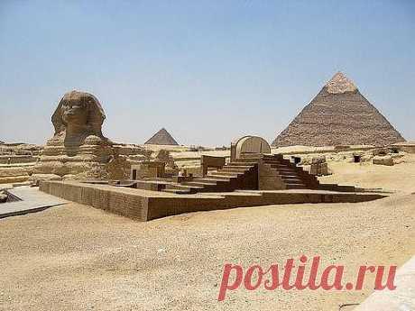 Комплекс пирамид в Гизе находится на плато Гиза в пригороде Каира, в Египте. Этот комплекс древних памятников находится на расстоянии около восьми километров по направлению в центр пустыни от старого города Гиза на Ниле. Этот древнеегипетский некрополь состоит из Пирамиды Хуфу (известной как Великая пирамида или пирамида Хеопса), Пирамиды Хафры и Пирамиды Менкаура, а также ряда менее крупных сопровождающих зданий, известных как пирамиды «королев», тротуары и пирамиды долины.