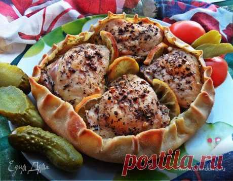 Курочка, запеченная в съедобной тарелке. Ингредиенты: куриные бедра, чеснок, базилик сушеный
