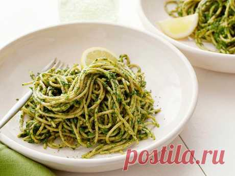 Спагетти с соусом песто из фисташек и капусты кале. Итальянская кухня для фанатов здорового питания