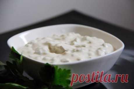 """La salsa \""""el Tártaro\"""" \u000a\u000aLos ingredientes: \u000a- La mayonesa \u000a- La crema agria \u000a- La yema cocida \u000a- La mostaza \u000a- Los pepinillos salados \u000a\u000aLa preparación: \u000aMezclar la crema agria y la mayonesa uno a uno, frotar allá la yema, añadir por gusto de la mostaza, friccionar los pepinillos salados, y hasta echar sal, si es necesario. La salsa milagrosa a los pelmeni, la pasta, y simplemente al pan.\u000aQué aproveche!"""