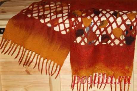 Шарф-паутинка своими руками Предлагаю вам ознакомиться с моим первым мастер-классом с использованием нескольких техник мокрого валяния шерсти. Для изготовления шарфика-паутинки без дырочек нам потребуется: 1. Собрать и отправит...