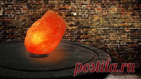 Соляная лампа - полезный и красивый предмет интерьера Соляной светильник - необычный прибор, выполняющий роль ионизатора и ночника одновременно. Основная его часть - плафон, вырезанный из глыбы природной соли. Внутри него устанавливается высокочастотная ...