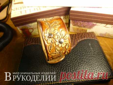 Цветочный кожаный браслет в технике шеридан