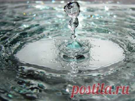 Обряды скрещенской водой наздоровье, долголетие иудачу Ежегодно верующие вдень православного праздника Крещения Господня набирают целебную крещенскую воду, которая обретает особую силу исвойства вдень торжества. Сеепомощью можно избавиться отболезней, привлечь удачу ипроцветание изащититься отлюбого зла.