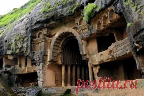 Одно из самых древних сооружений Индии - вырубленные пещеры Бхаджа в верхней части 120-ти метровой скалы