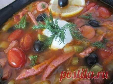 Солянка Ингредиенты: - 300 гр филе говядины - 3 подкопченные сосиски - 150 гр копченой колбасы (или подкопченного мяса) - 150 гр варено-копченой свинины (буженины) - 1 большая морковь - 2 средних луковицы - 2 больших клубня картофеля - 3 маринованных (соленых) огурца - 50 гр маслин без косточки (каперсы приветствуются) - 100 гр маринованных черри - 50 гр томатной пасты - 1 лимон - 100 гр сметаны - соль, перец Приготовление: 1. Мясо говядины обжарить, мелко порезать. 2. Сварить бульон.  3. Доба