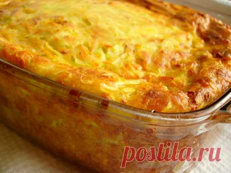Запеканка из кабачков Запеканка из кабачков Ингредиенты: 400 грамм кабачка, 100 грамм сыра, 2 яйца, 100 грамм сметаны, 0,5 чайной ложки гашеной соды, 150 грамм муки, зелень,