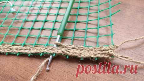 Джут + садовая сетка =  жесткий коврик крючком. Приятно поставить босые ножки на ребристую поверхность, получается массажный эффект. 1 минус - немного осыпается.