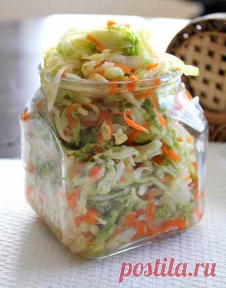 Маринованная капуста быстрого приготовления  Все очень быстро, просто, легко и вкусно! Как раз для летнего сезона.Ингредиенты: 1 средняя белокочанная капуста1 большая морковь2 ст. л. соли1/4 чашки уксуса3/4 чашки ананасового сока (свежего или к…