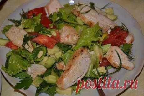 Легкий салат с курицей Ингредиенты: -Помидор — 1 шт -Огурец — 1 шт -Куриная грудка — 200 гр -Соевый соус — 1 ст.л -Листья салата — - по вкусу -Чеснок — 1 зубчик -Соль, перец — по вкусу -Оливковое масло Приготовление: Подготовим необходимые ингредиенты. Грудку нарезаем небольшими кусочками, солим, выдавливаем чеснок и маринуем в соевом соусе в течение 20 минут. Обжариваем курочку на сковороде на самом сильном огне с двух сторон до появления корочки. Листья салата промываем и просушиваем. Можно их