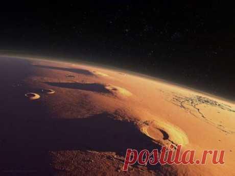 Марс. Гора Арсия, гора Павлина, а за ней гора Аскрийская. Справа видно начало Лабиринта Ночи - комплекса пересекающихся каньонов, который простирается на 1200 км.