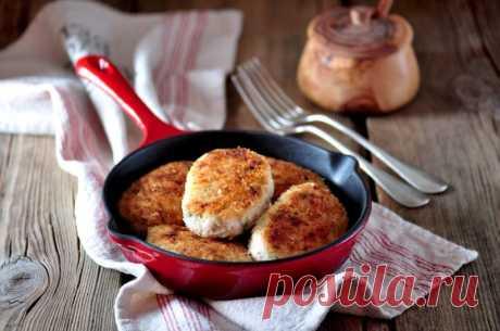 Куриные котлеты в духовке от Шефмаркет Из куриной грудки можно приготовить много блюд. Но, если вы хотите порадовать родных вкусным ужином, запеките нежные куриные котлеты в духовке.