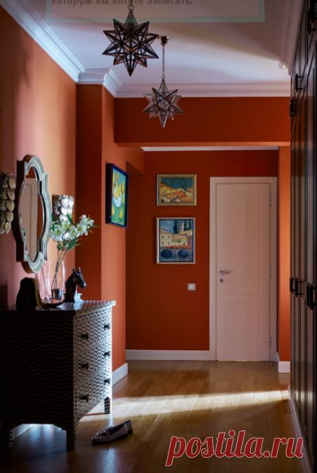 Хозяева решились на эксперимент с цветом благодаря хозяйке — она занимается живописью, училась в Лондоне и успела привить «английское» отношение к цвету всей семье. Источником вдохновения при выборе насыщенной палитры послужили именно классические английские интерьеры. Все фото и рассказ о колористическом эксперименте смотрите по ссылке >>