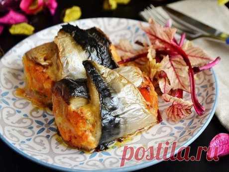 Рулетики из скумбрии с сыром и овощами!  Рулет из скумбрии обязательно понравится всем любителям рыбки. Рыбка в блюде получается очень нежная и сочная. Она пропитывается ароматом овощей и получается просто изумительной. Блюдо помимо своих отличных вкусовых качеств, получается еще и очень красивым. Поэтому такие рулетики можно смело готовить на праздничный стол в качестве закуски.  Ингредиенты: Скумбрия — 2 шт. Сыр — 100 г Лук репчатый — 1 шт. Морковь — 1 шт. Чеснок — 1 ...