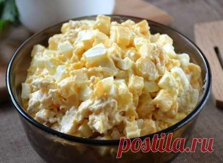 Сытный салат   Ингредиенты:  Куриная грудка — 300 г Сыр твердый — 170 г Кукуруза консервированная — 120 г Яйца — 3 шт. Майонез — 120 г  Приготовление:  1. Заранее подготовьте все необходимые ингредиенты. Яйца отварите вкрутую, а куриную грудку отварите в слегка подсоленной воде до готовности. 2. Твердый сыр порежьте мелким кубиком. 3. Отваренное куриное филе остудите и измельчите. Можно просто порвать его мелко руками, а можно порезать ножом. 4. Яйца мелко порубите. 5. Сме...