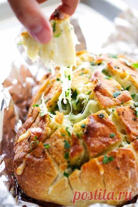 Чесночный хлеб с сыром.