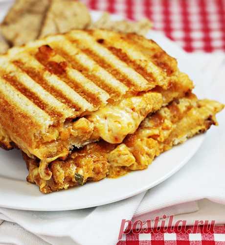 Французский сэндвич с цыпленком и сыром.