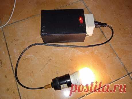 Простой и дешевый инвертор Если у вас часто отключают электричество или вы любите походы, то это устройство будет не лишним в вашем арсенале. Это простое устройство, с помощью которого можно зажечь обычную светодиодную лампочку от аккумулятора 3,7 В. Для его изготовления потребуется всего несколько основных деталей: