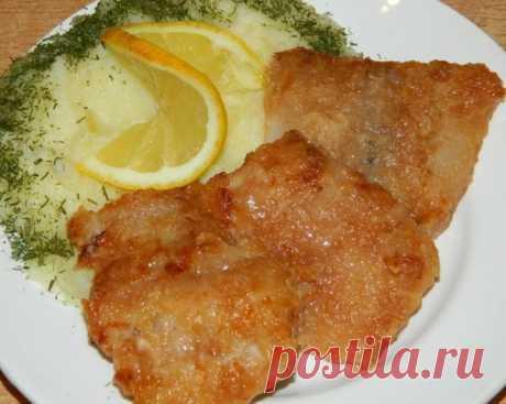 Рыбка ароматная.  Многие любят рыбу и моя семья - не исключение. Предлагаю испробовать один из наиболее любимых рецептов приготовления рыбы в нашей семье.  Для приготовления ароматной рыбы понадобится: филе рыбы - 700 г; кетчуп - 5 ст. л.; соевый соус - 5 ст. л.; чеснок - 2-3 зубчика (или чесночный порошок); мука для панировки; масло для жарки; чуть соли.  Смешиваем кетчуп и соевый соус. Режем рыбное филе на порционные кусочки.  Обмакиваем каждый кусочек рыбы в соево-томат...