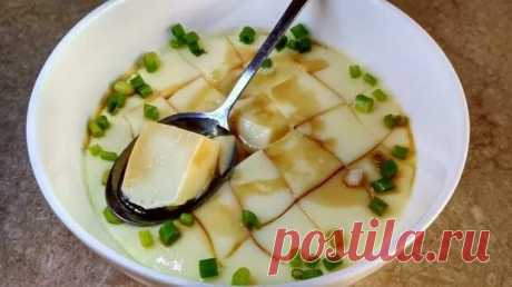 Китайские яйца на пару (蒸 蛋羹), также известные как водяное яйцо или яичный крем. Хотя у меня лично больше вызывают ассоциации с желе )) - гладкие, скользкие и небесно-мягкие. Рецепт очень простой, но результат восхитительный. Яйцо куриное, вода теплая, чеснок и зеленый лук (по желанию), соевый