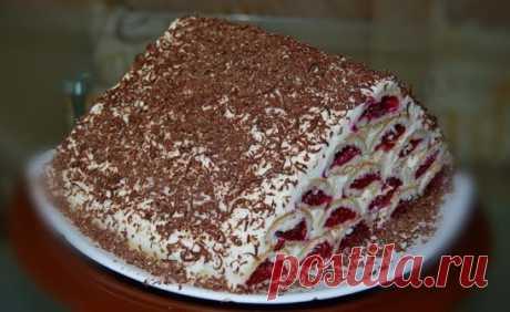 ТОРТ «МОНАСТЫРСКАЯ ИЗБА» Ингредиенты: на тесто для торта: Маргарин – 200 гр. Сметана – 300 гр. Мука – 4 ст. Сахар – 1/2 ст. Сода – 1 ч. лож. Ванилин соль Для начинки торта: вишневое варенье – 700 гр. 3 ст.л. сахара Для крема на торт: Масло сливочное – 250 гр. Сгущенное молоко – 2 банка Приготовление: Размягченный маргарин перетрем с сахаром, сметаной, мукой и содой (соду предварительно загасим). Замесим тугое тесто и поставим в холодильник на 1 час. Разморозить вишню, слить лишний сок и пере