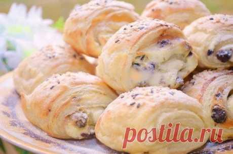 Como preparar los panecillos hojaldrados con el relleno caseoso y las pasas - la receta, los ingredientes y las fotografías