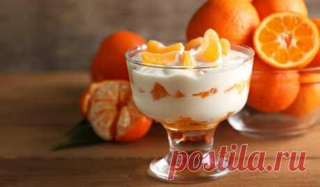 Нежный десерт из мандаринов для создания новогоднего настроения Дольки ароматных фруктов идеально сочетаются с тонким вкусом белого шоколада, йогуртом и сливками.