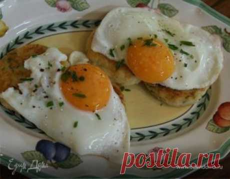 Жареные яйца с картофельными биточками. Ингредиенты: картофель, яйца куриные, яичные желтки Яйца можно пожарить слегка или до полной готовности — как вам нравится!