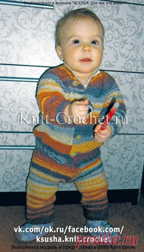 Спицами детский комплект: кофточка и штанишки.