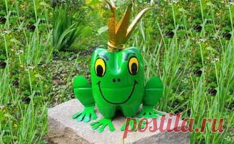 Веселая лягушка из пластиковой бутылки Какие разные и оригинальные можно встретить поделки в саду! Здесь крошечные бабочки, огромные пальмы, настоящие домики, и даже лягушка из пластиковой бутылки!