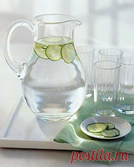 Вместо того чтобы покупать напитки в бутылках в супермаркете, смешайте фильтрованую воду с ломтиками лимона, лайма, апельсина, или огурцом и мятой. У вас получится ароматизированная вода. Поставьте кувшин с такой водой на столе: вы не забудете про него, если он все время будет у вас на глазах.